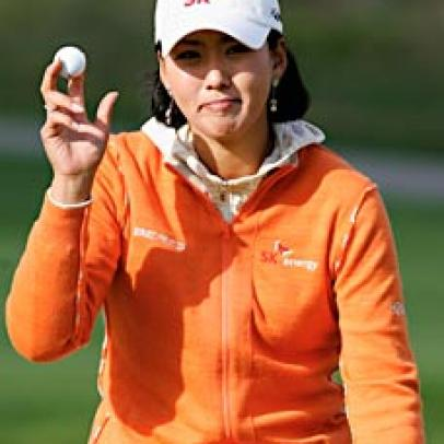 Korea's Jin Joo Hong Takes Lead