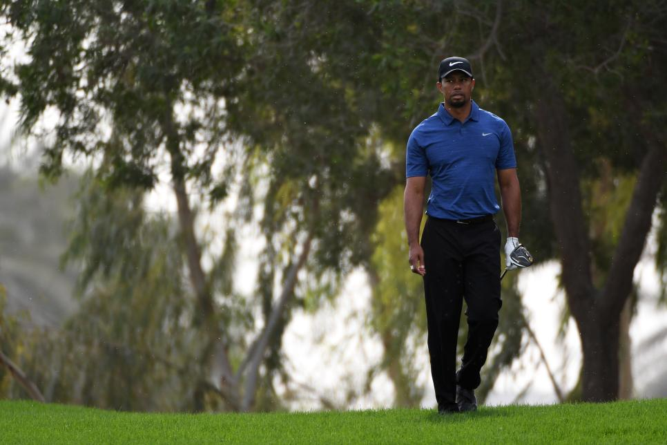 tiger-woods-dubai-2017-walking-alone