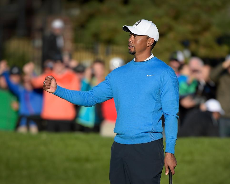 tiger-woods-blue-sweatshirt-farmers-insurance-2017.jpg