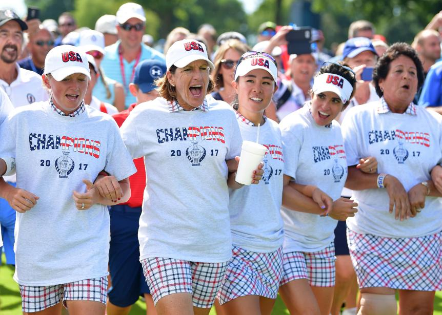 juli-inkster-solheim-cup-team-celebrating-arm-in-arm-2017-sunday.jpg
