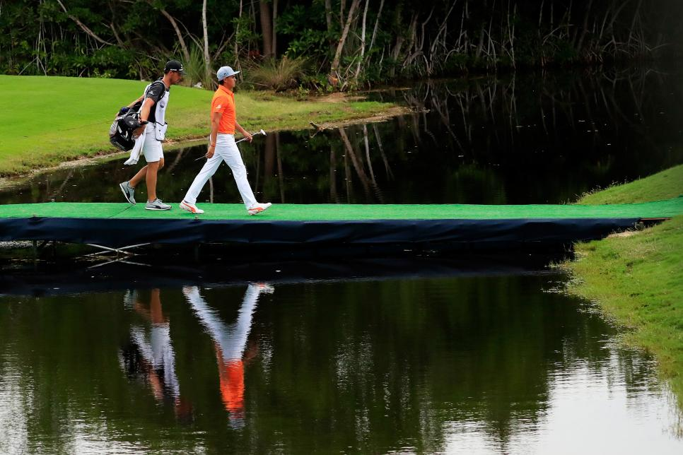rickie-fowler-ohl-classic-at-mayakoba-sunday-2017-walking-on-bridge.jpg