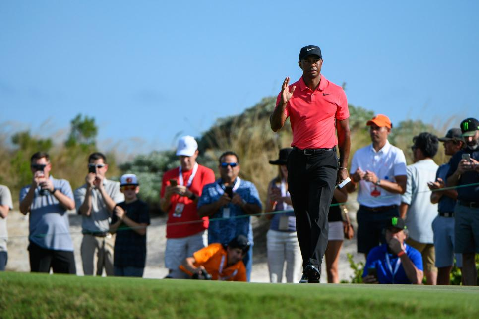 tiger-woods-2017-hero-world-challenge-sunday-wave-crowd.jpg