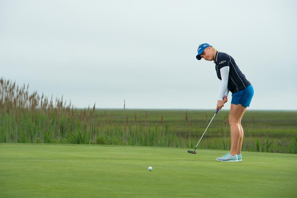 winter-golf-charley-hull-putting.jpg