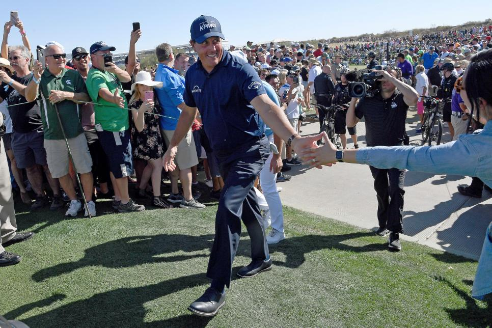 phil-mickelson-phoenix-2018-sunday-high-five-crowd.jpg