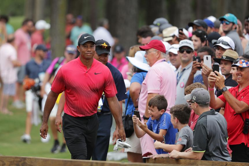 tiger-woods-players-2018-sunday-walking-by-crowd.jpg