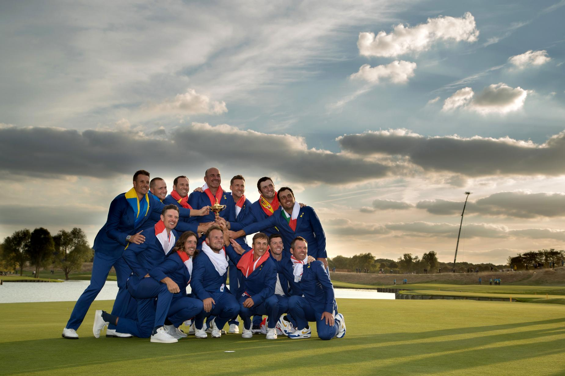 europe-ryder-cup-team-2018-sunday-trophy.jpg