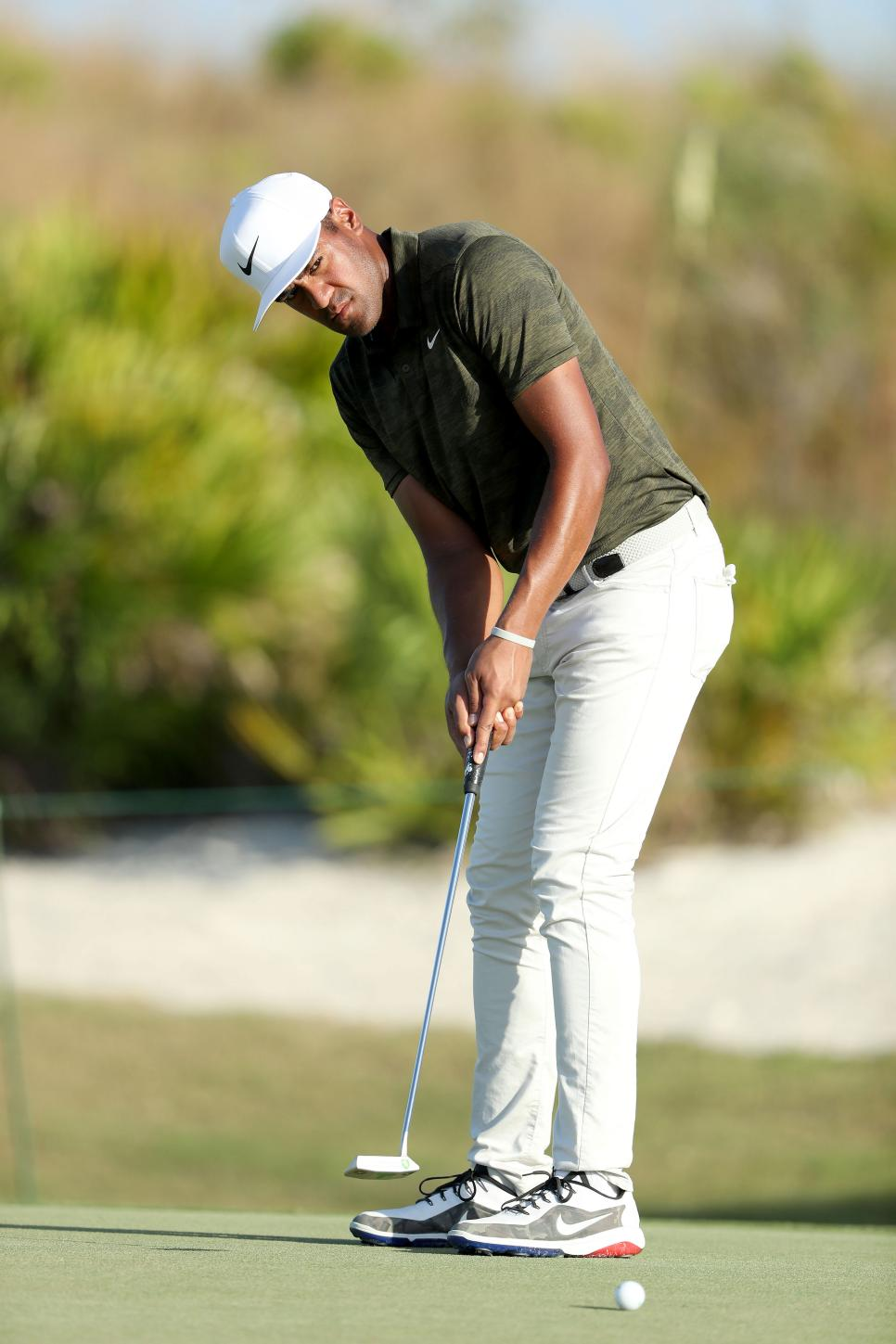 tony-finau-hero-world-challenge-2018-sunday-putt.jpg