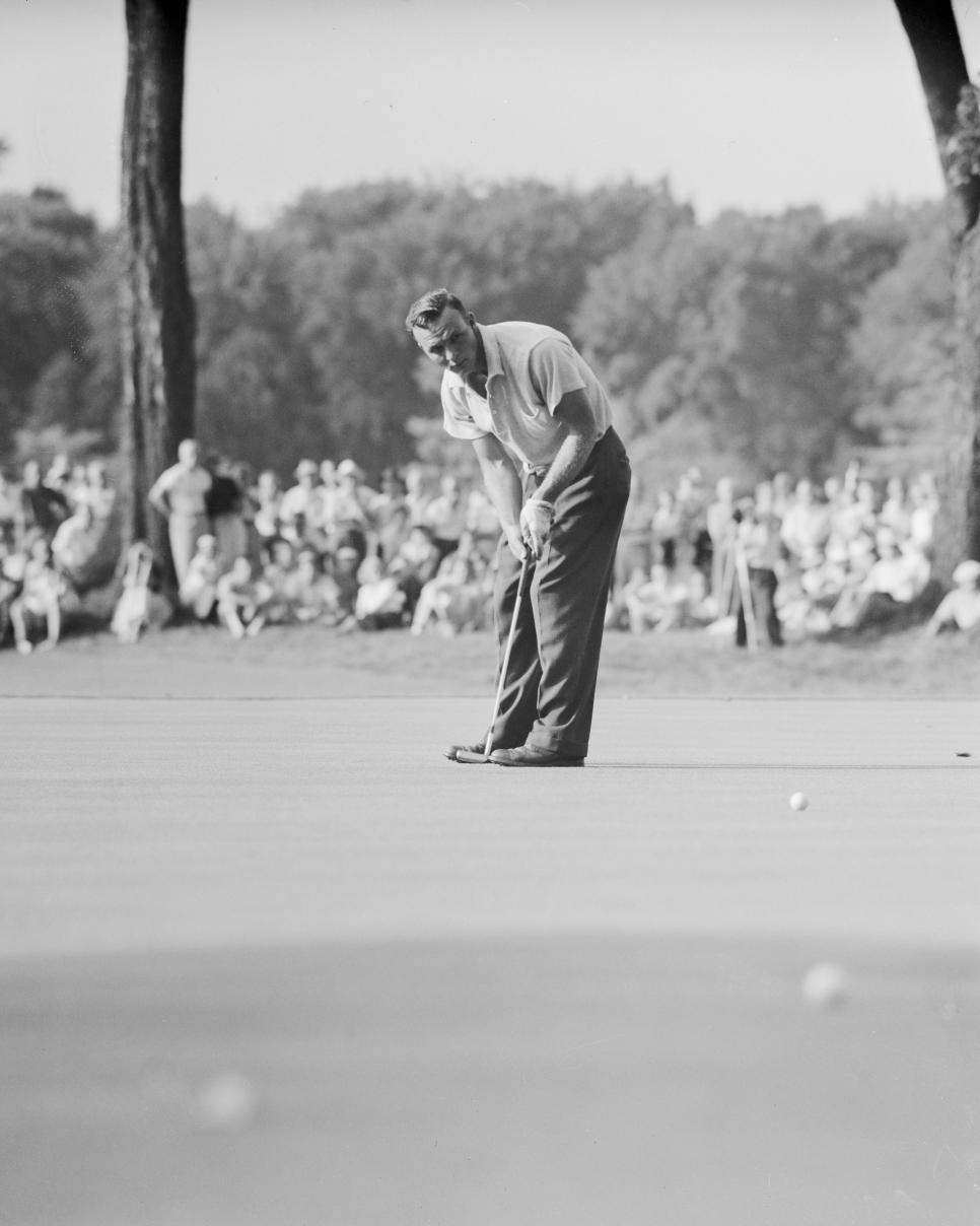 arnold-palmer-1954-us-amateur-putting.jpg