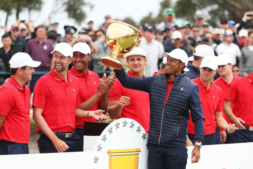 tiger-woods-team-trophy-presidents-cup-2019.jpg