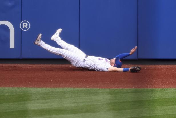 Jeff McNeil nearly killed himself making this incredible catch only to find out he didn't make SportsCenter's Top 10