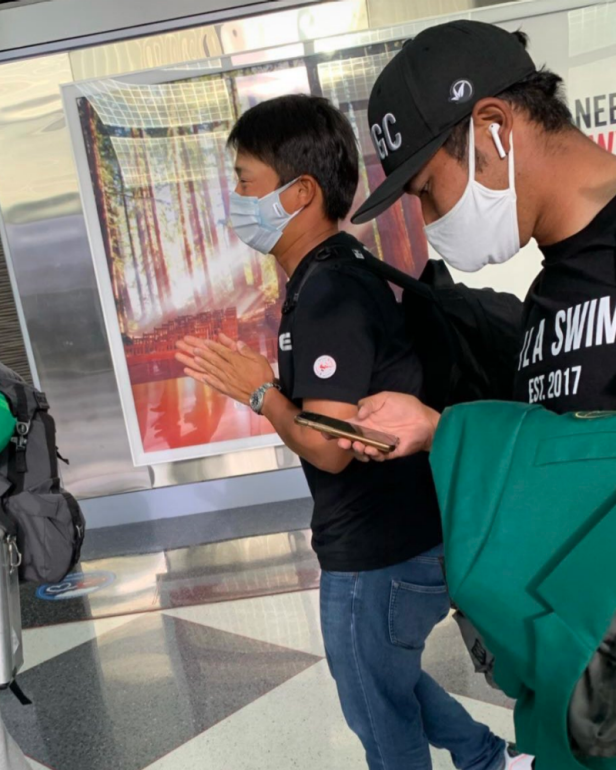 Hideki Matsuyama carrying the green jacket through the airport and flying commercial is extremely on brand